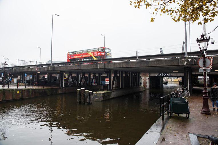 De betonnen Brug 95, tussen de Haarlemmer Houttuinen en de Nieuwe Westerdokstraat, is velen een doorn in het oog en zou daarom moeten verdwijnen. Beeld Carly Wollaert