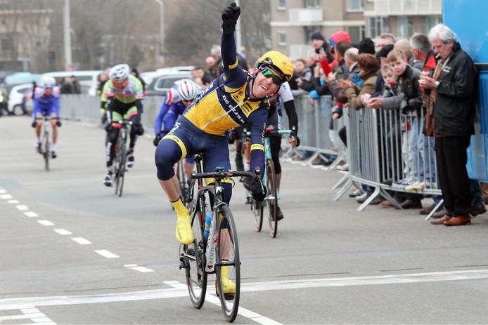 Robbert de Greef als winnaar bij de Ronde van Zuid-Holland in 2015.