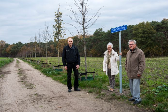Theo Kuijpers, Sjaan Smits en Jan Das van heemkundegroep Van Rijthoven toen tot Riethoven nu bij het nieuwe straatnaambordje.