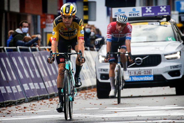 Wout van Aert komt over de meet in Gent-Wevelgem, Mathieu van der Poel is niet ver weg. Beeld Photo News