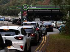 Britten urenlang in de rij voor lege benzinepompen: 'Stop met hamsteren'