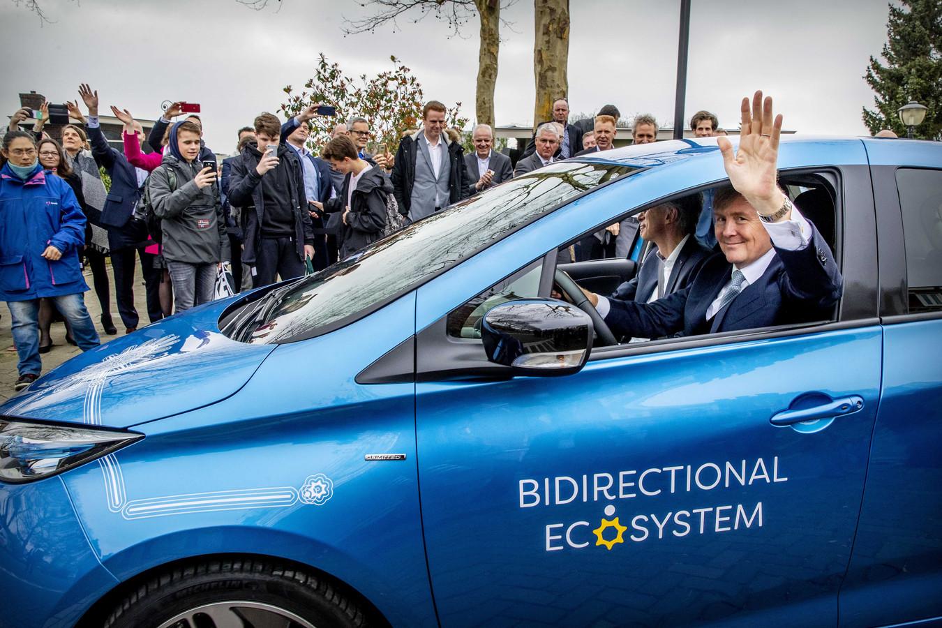 Koning Willem-Alexander probeerde het bi-directioneel laden vorig jaar in Utrecht zelf uit, met een Renault Zoe.