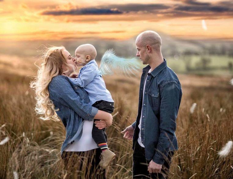 Ouders Amber Schofield en Ben Proctor met hun zoon Charlie.