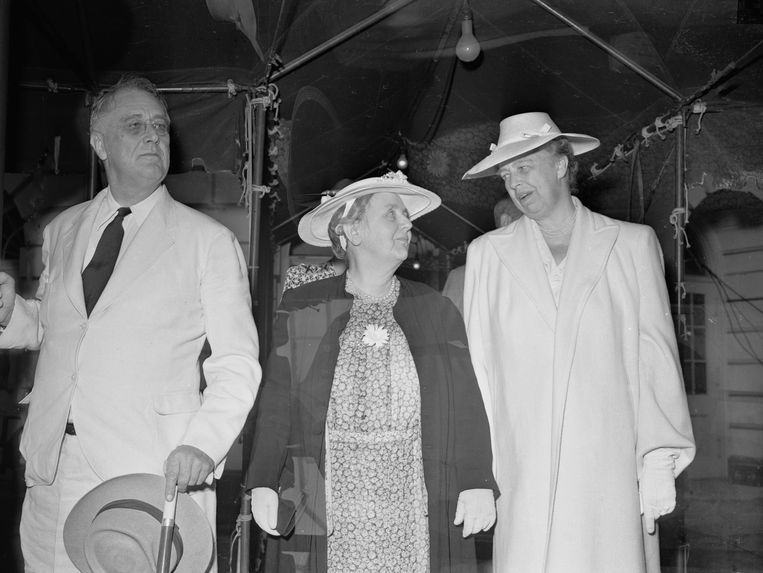Bij haar bezoek aan het Witte Huis in Washington D.C. wordt koningin Wilhelmina begroet door president Franklin D.Roosevelt en zijn vrouw Eleanor. Beeld Bettmann Archive