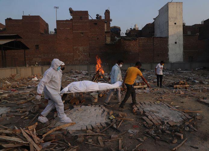 Covid-19-slachtoffers worden gecremeerd in New Delhi, India.
