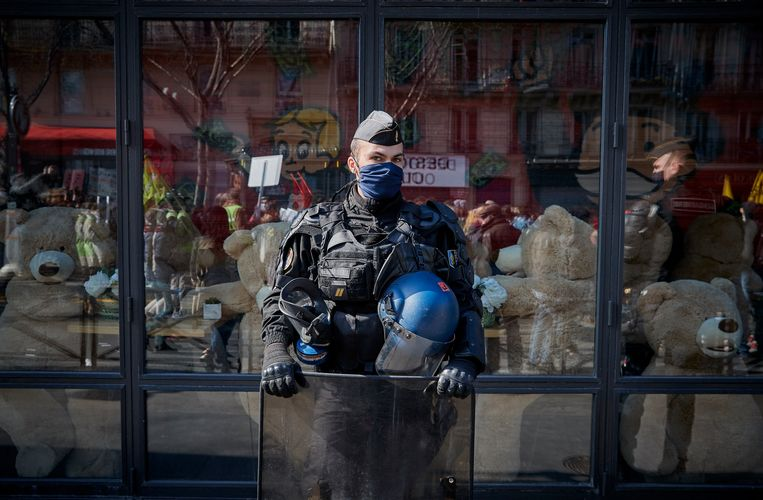 Een agent in Parijs. In Frankrijk wordt het kwaadwillig helpen identificeren van agenten strafbaar. Beeld Getty Images