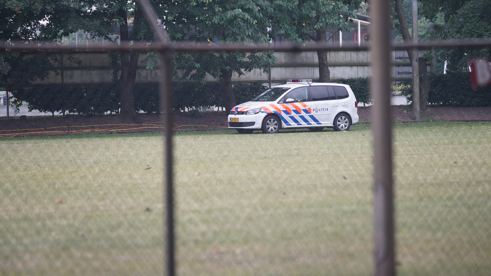 Een van de politiewagens op het terrein bij de reanimatie.