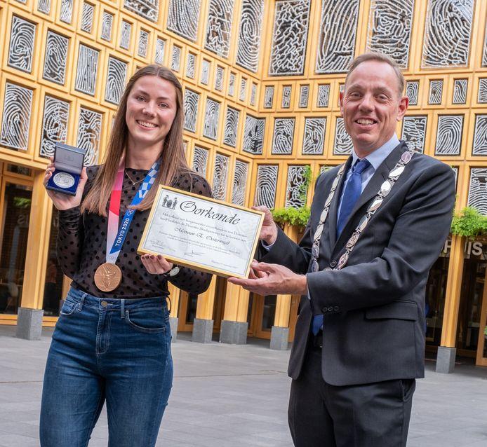 Emma Oosterwegel en burgemeester Ron König op het Deventer stadhuis.