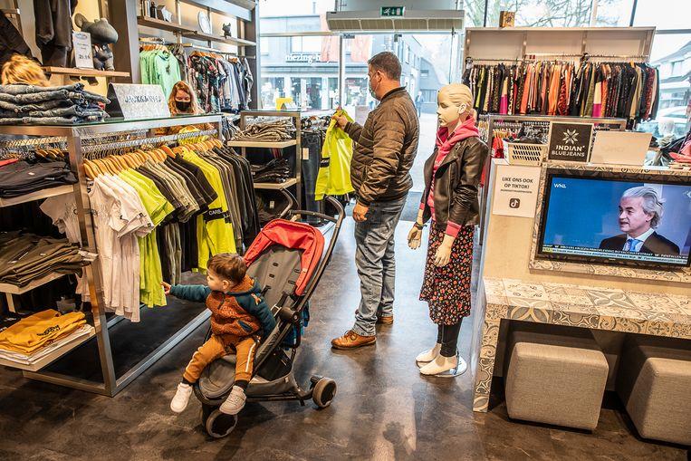 In Klazienaveen waren de winkels die door de corona gesloten horen te zijn demonstratief een uurtje open.  Beeld  Harry Cock / de Volkskrant