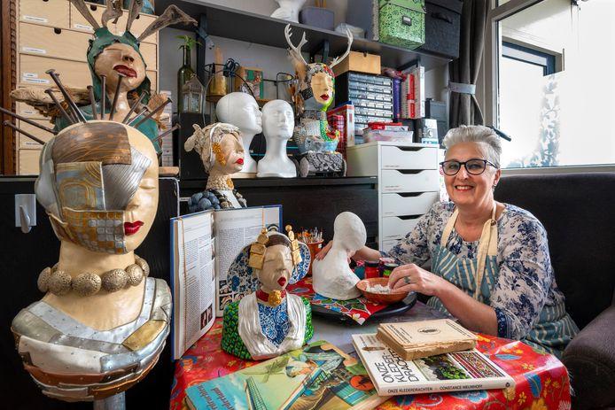 Edith van der Burg maakt beelden met klederdracht.