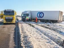 Truck glijdt de berm in bij Swifterbant