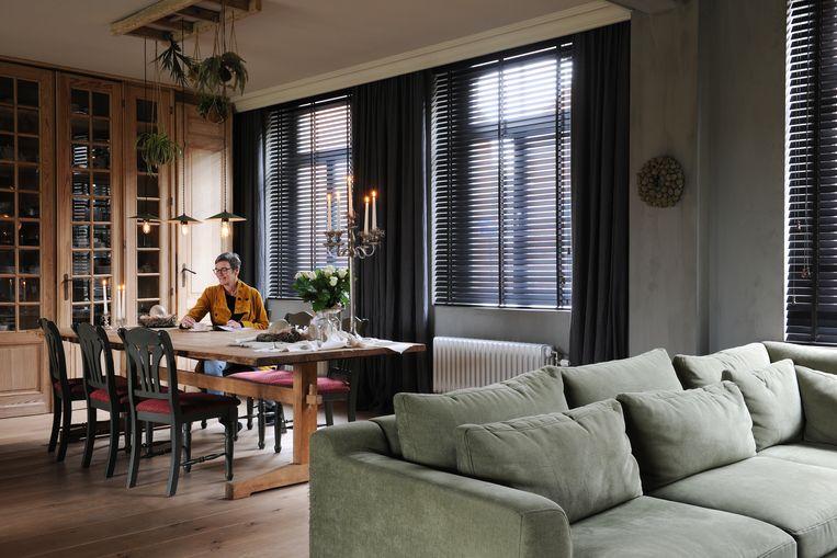 De houten vitrinekast en plafondcreatie waar planten en lampen aan hangen, zijn zelfgemaakt.
