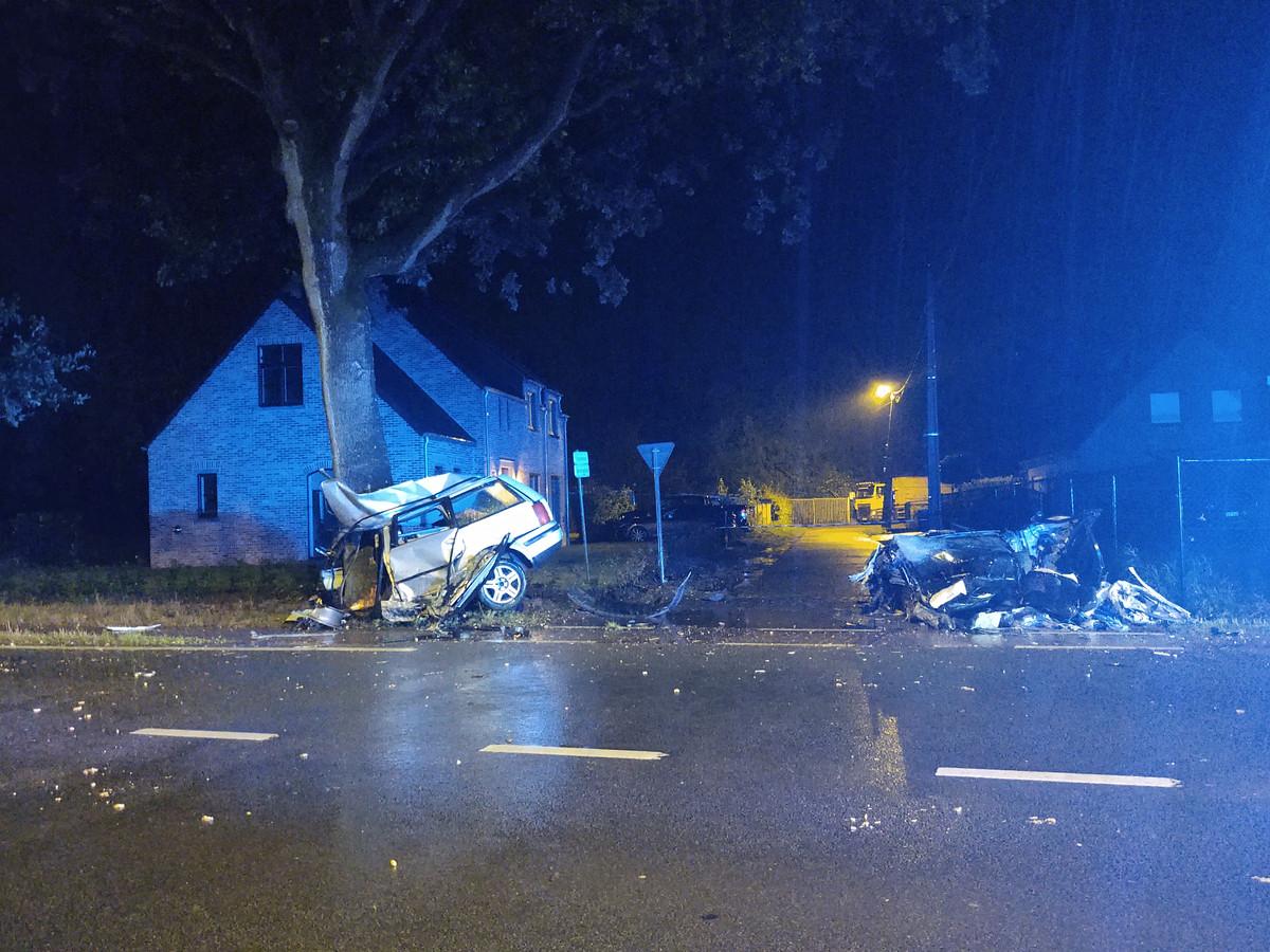 Eén van de twee voertuigen belandde tegen een boom.
