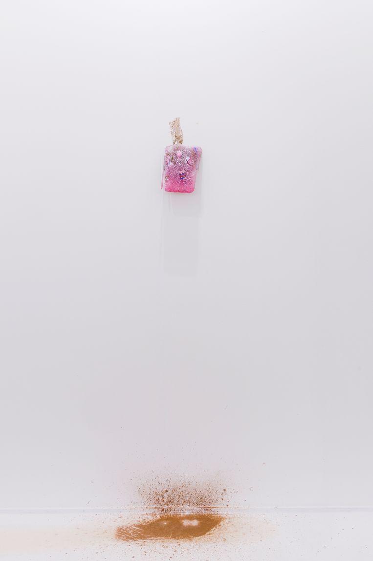 Van een ijsschilderij van Daan den Houter is na een uurtje niet meer over dan wat gekleurde strepen op de wand. Beeld Michel Claus