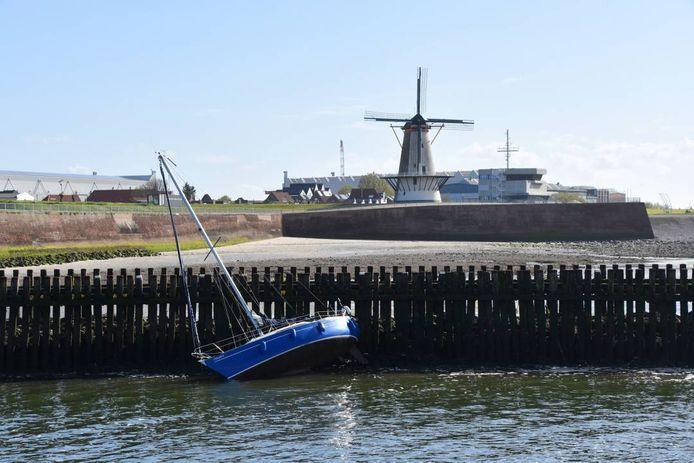 Een zeilbootje miste de ingang van de Koopmanshaven in Vlissingen.