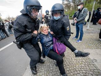Duitse Bondsdag stemt in met omstreden nationale coronawet, politie vuurt traangas af op betogers
