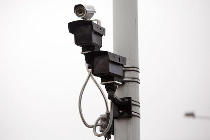 Een van de 114 camera's die voor het project Slim Prijzen zijn opgehangen op de wegen rond Arnhem en Nijmegen. foto Gerard Verschooten