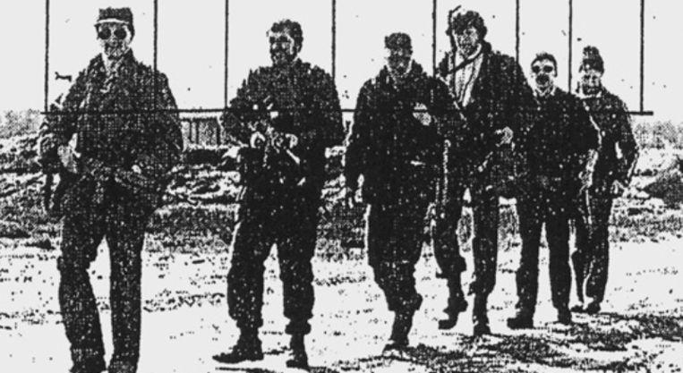 """In zijn dagboek schrijft Bouhouche: """"Leopoldsburg. De T121. Mijn favoriete club, omdat we er schieten met oorlogswapens. Instinctief vuren. Er is een foto gepubliceerd in NEM van onze favoriete oefening. Ik loop op kop, gevolgd door Tonio, Alain... (…)"""" NEM staat voor het extreemrechtse tijdschrift 'Nouvelle Europe Magazine'. Tonio is de in 1986 vermoorde FN-wapeningenieur Juan Mendez. Alain is Alain Weykamp, een wapenhandelaar en goede vriend van Bouhouche, die begin jaren 2000 iets huurde in de buurt van Fougax-et-Barrineuf en tot het laatst contact met hem had. Beeld rv"""