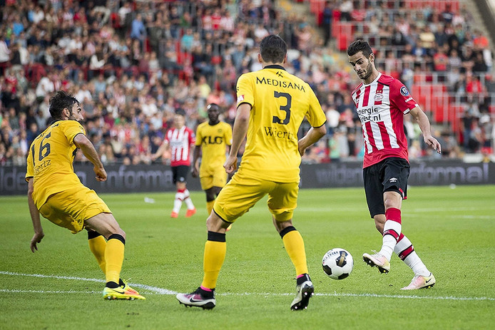 PSV speler Gaston Pereiro (R), Roda JC speler Marcos Gullon (L), Roda JC speler Christian Kum (M).