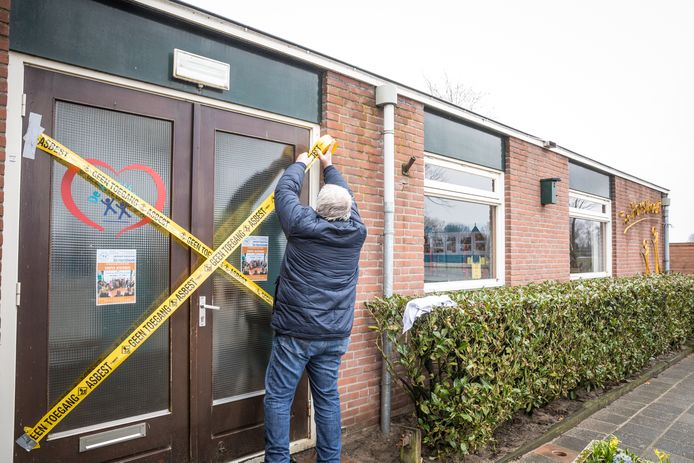 Medewerkers van bureau Pear plakken de deuren van de Horsthoekschool dicht.