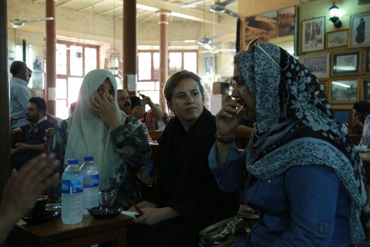 Ana van Es in gesprek met twee vrouwen in Bagdad, 2016.  Beeld