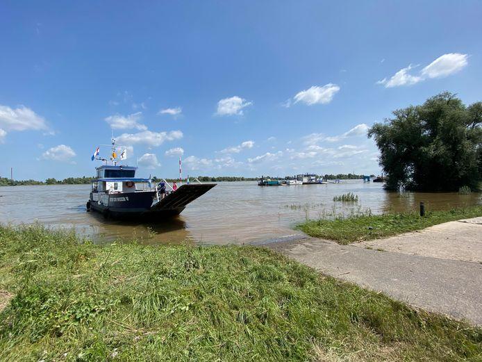 Het voetveer van Millingen vaart weer voor het eerst. Het waterpeil in de rivier is voldoende gedaald.