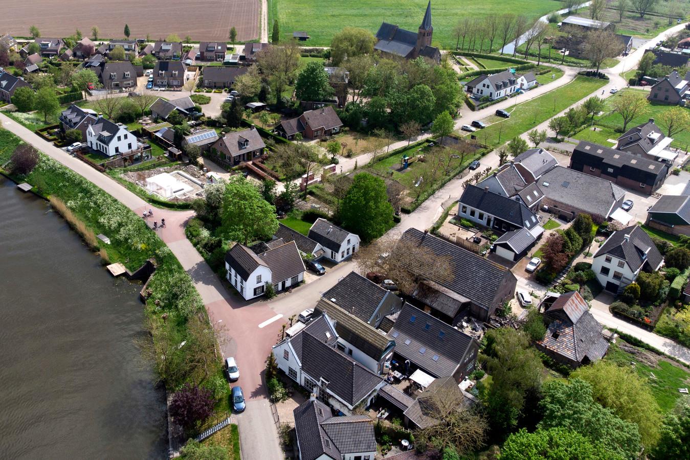 Luchtfoto van het dorp Gellicum.