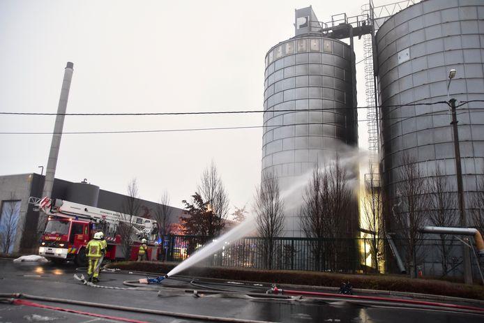 De brandweer koelt de silo af waarin de brand woedde.