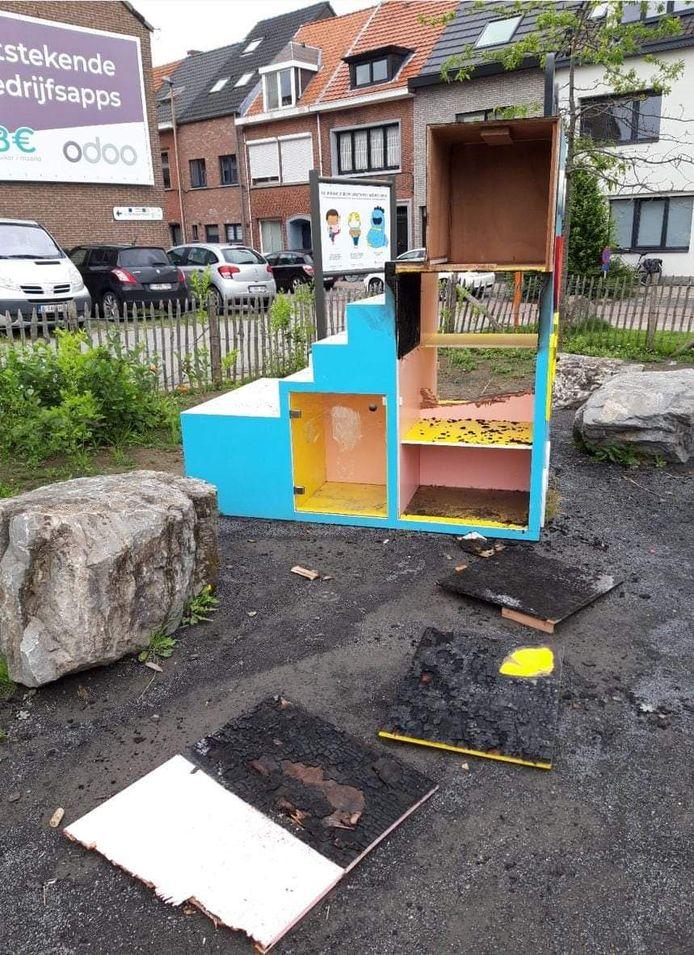 De vernielde speelgoedruilkast aan de Gasmeterstraat.