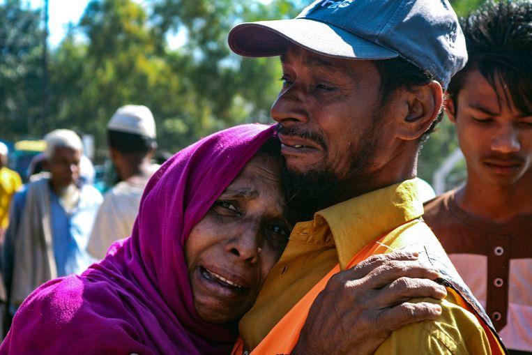 Een Rohingya-vrouw huilt donderdag tijdens de verhuizing naar het geïsoleerde eiland Bhasan Char. Beeld AP