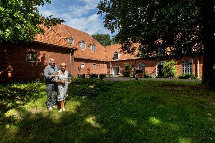 Els en Hans Jonk bij hun pand De Bunker in Valkenswaard.