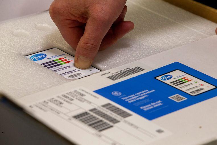 De coronavaccins van Pfizer en BioNTech werden zaterdagochtend in het UZ Leuven uitgepakt. Beeld Photo News