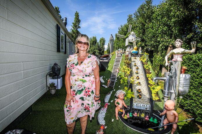 """Sandra Goethals aan haar 'molentje' naast de kampeerwagen in Klein Strand in Jabbeke: """"Gemaakt door mijn zoon, ik krijg er alleen maar positieve reacties op."""""""