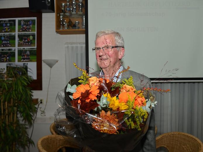 Jan Schulten werd gehuldigd omdat hij al 70 jaar lid is van KOSC Ootmarsum