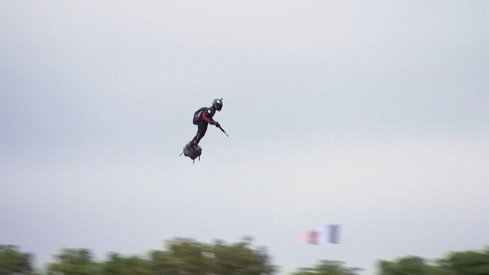Flyboard gedemonstreerd bij militaire parade Frankrijk