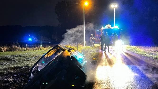 Auto belandt in de gracht in Zinkvalstraat en brandt volledig uit: bestuurder nergens te bekennen