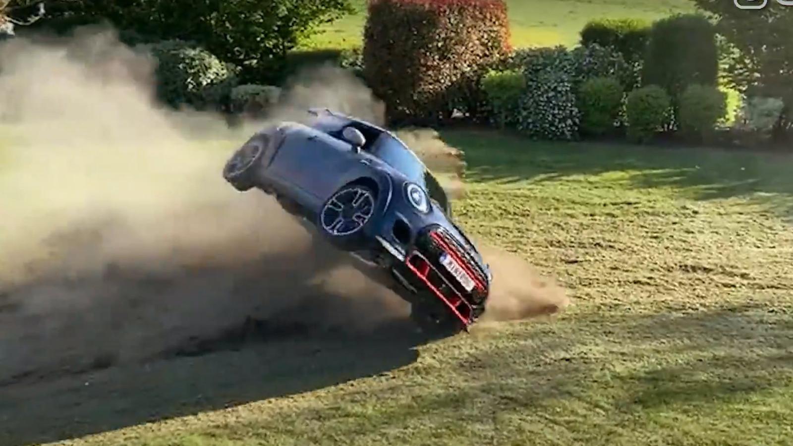 Deze Youtuber crasht met zijn splinternieuwe Mini in zijn eigen achtertuin