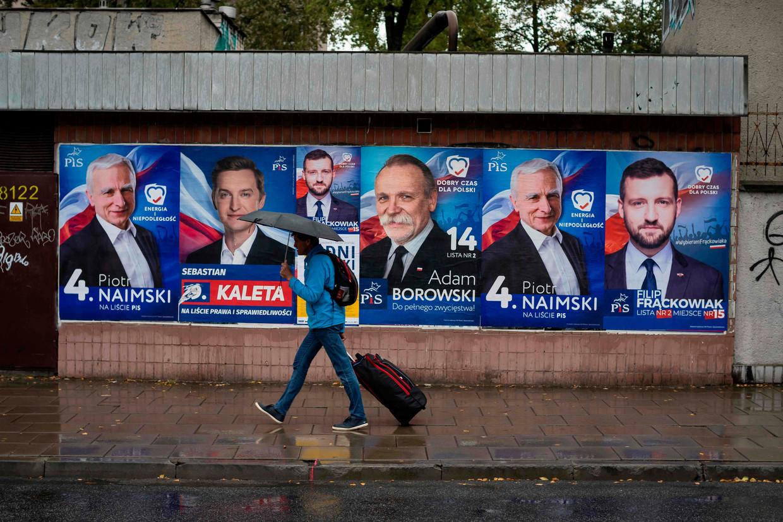 Verkiezingsposters van regeringspartij PiS in Polen. Beeld AFP