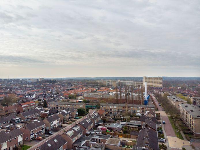 Vanuit de lucht is goed te zien dat Trivium middenin een woonwijk ligt. De witte schoorsteen aan de rand van het fabrieksterrein (midden rechts op de foto) steekt nu nog fier omhoog. De fabriek sluit naar verwachting begin juli. De gemeente wil er woningen bouwen. Maar de vervuiling onder de fabriek is een groot probleem.