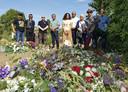 Na afloop van de opening van het Witte Anjer Perkje bij het raadhuis werd nog een bezoek gebracht aan het graf van de recent overleden Molukse zanger Jimi Bellmartin.