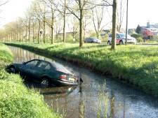 Vrouw zonder rijbewijs parkeert  auto in de sloot in Genemuiden