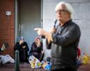 """Wethouder Bert van Alphen spreekt de demonstratie toe, op 20 augustus in de Schilderswijk. Met een grap als binnenkomer probeert hij de moed er in te houden, bij de actieve bewoners en betaalde krachten die meeliepen. Alsof hij voor een vol Malieveld staat, begint hij. 'Wat fantastisch dat jullie hier zo massaal naartoe zijn gekomen vanavond."""""""
