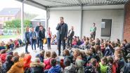 Kinderen van Het Groene Lilare in Opbrakel laten samen met minister Alexander De Croo de schoolbel rinkelen