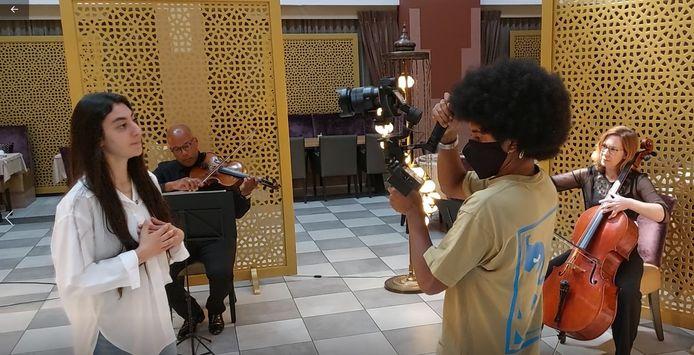 Hacer Dogan tijdens de opnamen van de videoclip.