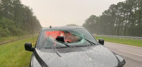 Blikseminslag op snelweg zorgt voor loslatend wegdek: auto doorboord