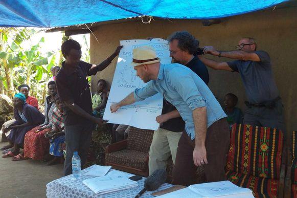 Ongeloof alom bij de dorpsbewoners toen Steven Janssens en Maarten Goethals (rechts) twee jaar geleden in Busibi kwamen aanwaaien met hun bizarre plan.