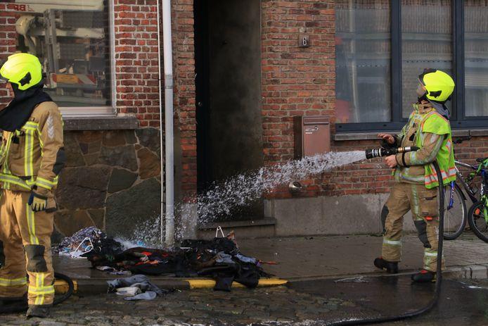 Een man stak na een hoogoplopende ruzie de kledij in brand van zijn partner.