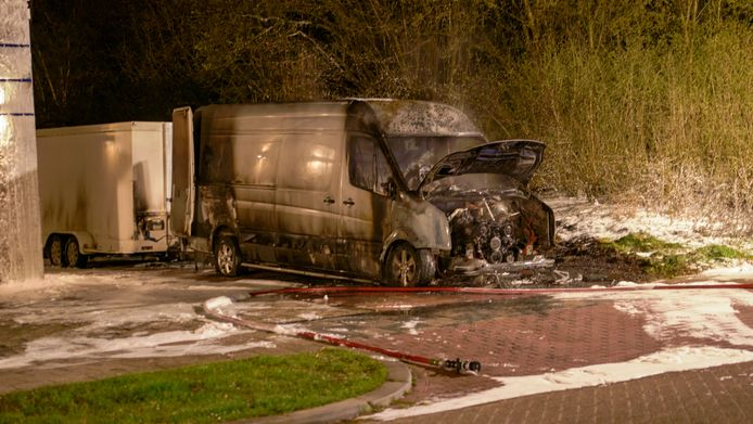 Het volledig door brand verwoeste bestelbusje. Uit camerabeelden blijkt dat het is aangestoken door twee mannen.