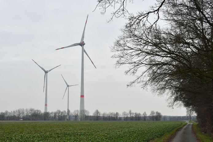Duitse windmolens vlakbij de Nederlandse grens bij De Lutte.