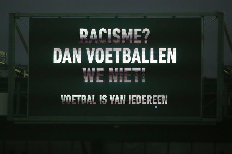 Een duidelijke boodschap in de Nederlandse Eredivisie dit seizoen tijdens een wedstrijd tussen de Rotterdamse clubs Sparta en Vitesse. Beeld Photo News